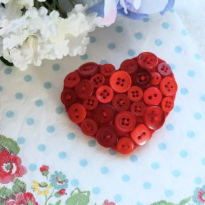 Heart brooch in felt and buttons - Simply Red
